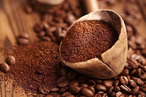 Kahve kelimesini tanımlarken isim, bitki bilimi ve Arapça çerçevesinde incelemektedir.